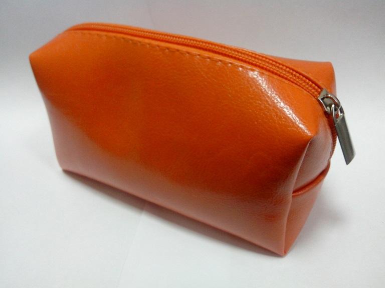 Фотография оранжевой косметички изготовленной из искусственной кожи
