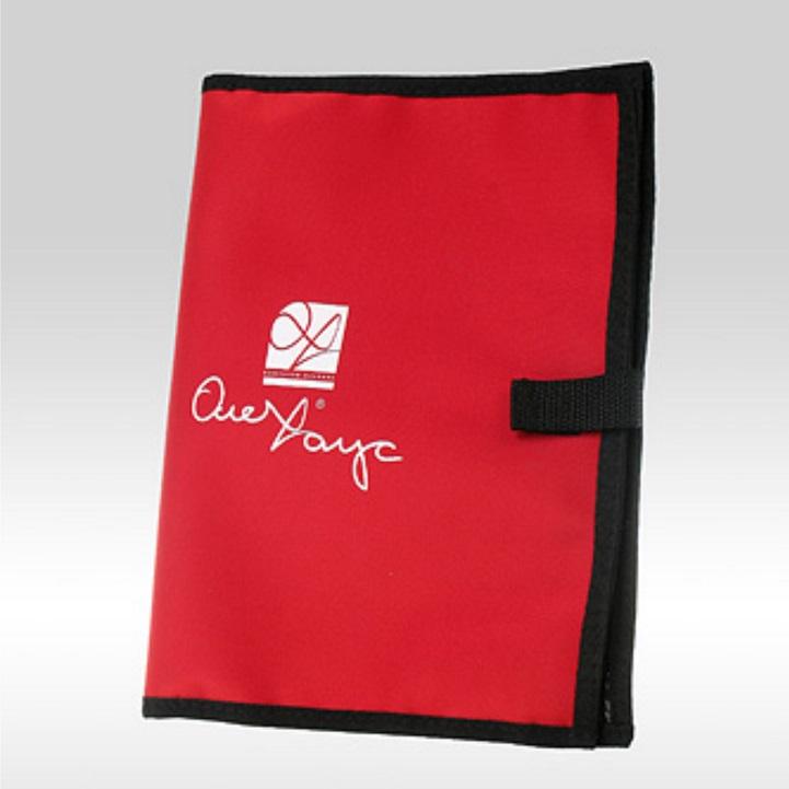 Фото красной косметички с белым логотипом Оле Хаус