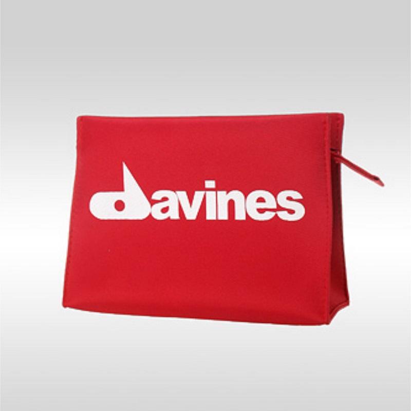 Фото красной косметички с логотипом Davines